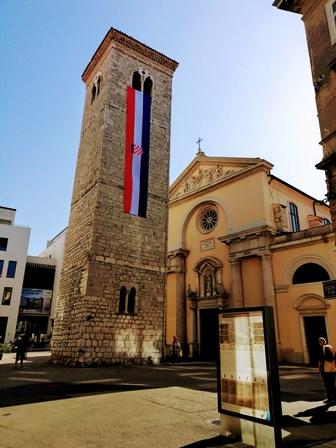 Iglesia de la Asunción de la Santísima Virgen María y su torre inclinada en Rijeka (Croacia)