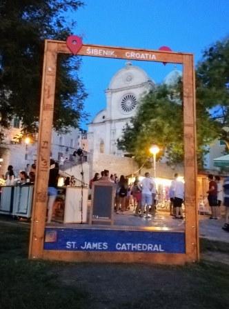 Original foto de la Catedral de Santiago de Sibenik de noche (Croacia)