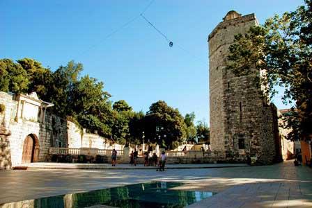 La Torre del Capitán, junto a la Plaza de los 5 pozos y el parque en Zdar (Croacia)