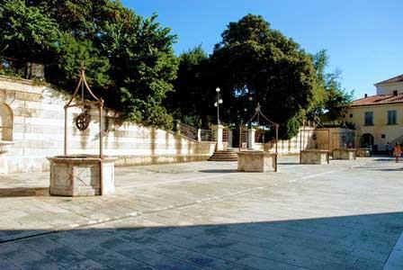 La curiosa Plaza de los 5 pozos de Zadar (Croacia)