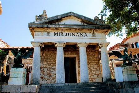 Los dragones y un templo en el castillo de Trsat en Rijeka (Croacia)