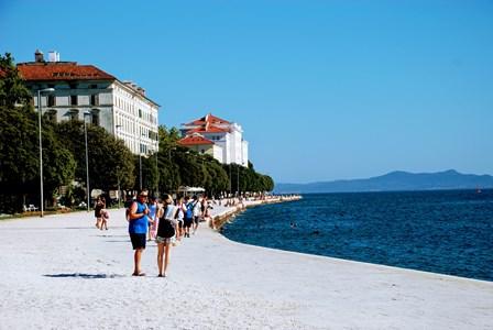 Paseo Maritimo de Zadar con la universidad al fondo y las islas (Croacia)