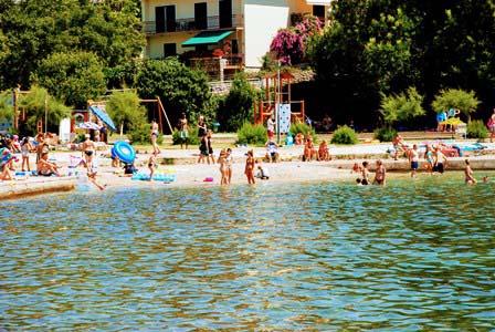 Playa de Krk, pegado al casco histórico (Croacia)