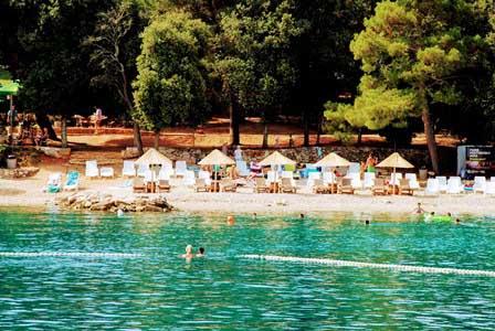 Playa de Lone Bay en el Parque de Punta Corente en Rovinj (Croacia)