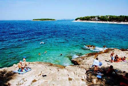 Playa de rocas en Primosten (Croacia)
