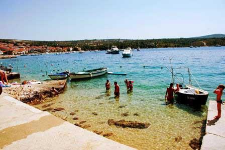 Playa en el muelle de Primosten (Croacia)