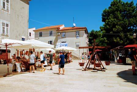 Plaza de Kamplin, con puestitos de artesanía en la isla de Krk (Croacia)