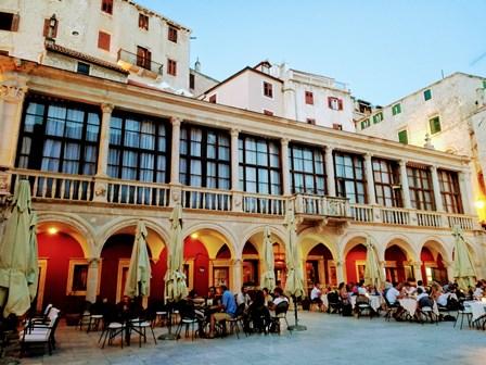 Plaza de la República de Sibenikcon su preciosa Logia (Croacia)