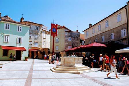 Plaza principal de Krk, con preciosos edificios renacentistas (Croacia)