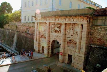 Porta Zara o Puerta Terrafema, en la antigua muralla de Zadar (Croacia)