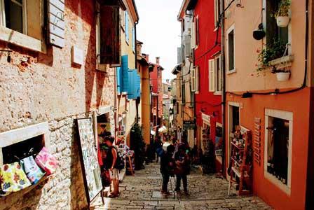 Preciosa callejuela de Rovinj bajando de la Catedral de Santa Eufemia (Croacia)