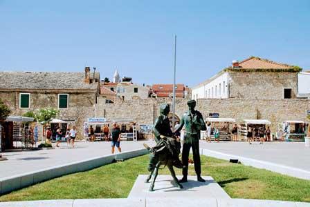 Preciosa entrada al pueblito amurallado de Primosten (Croacia)