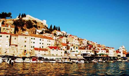 Preciosa panorámica de Sibrnik desde el barco (Croacia)