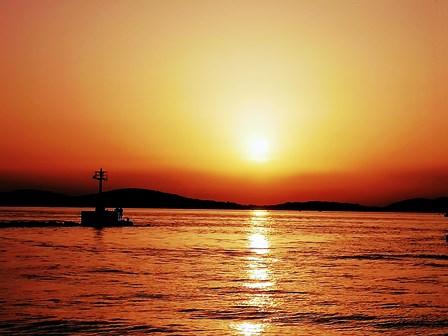 Preciosa puesta de sol desde el barco en Sibenik (Croacia)