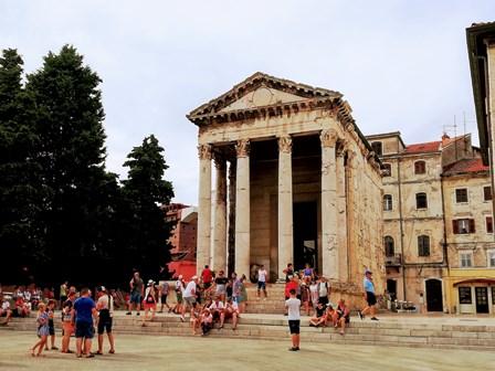 Precioso Templo de Augusto en Pula (Croacia)