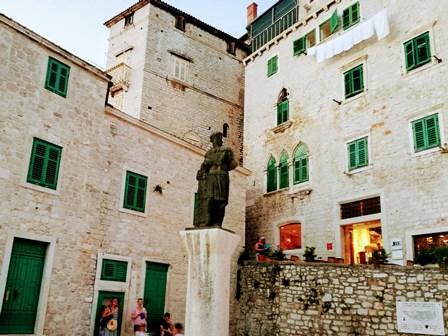 Preciosos edificios en las callejuelas de Sibenik (Croacia)