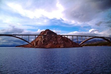 Puente que une la isla de Krk con tierra firme (Croacia)