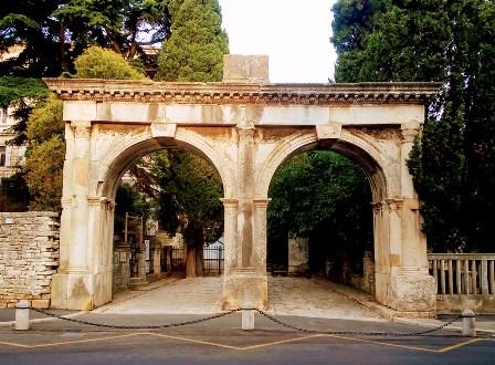 Puertas Gemelas de Pula (Croacia)