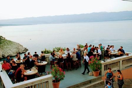 Restaurante Mada, junto a los acantilados de Vrbnik en la isla de Krk (Croacia)