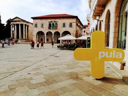 Templo de Augusto y Ayuntamiento de Pula en Croacia