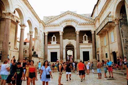 Altar con las esfinges egipcias en el Palacio de Diocleciano de Split (Croacia)