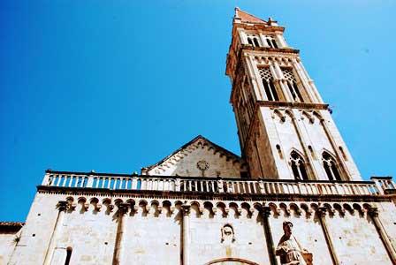 Catedral de San Lorenzo y su enorme campanario en Trogir (Croacia)
