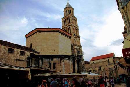 El enorme campanario de la Catedral de San Duye de Split (Croacia)