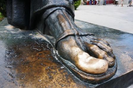 Enorme pie de la escultura del obispo Gregory of Nim en Split