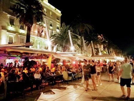 Gran ambiente nocturno en las terrazas del Paseo Marítimo de Split