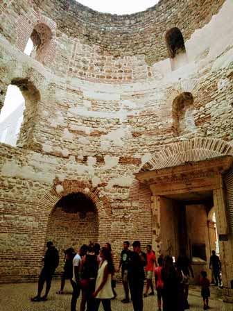 Lujoso vestíbulo del Palacio de Diocleciano de Split (Croacia)