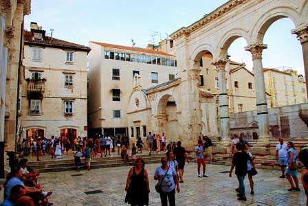 Peristilo, con los arcos y la Ofina de Turismo de Split (Croacia)