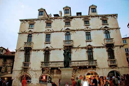 Plaza de la fruta, con la escultura de Marko Marulić y el Palacio Milesi en Split (Croacia)