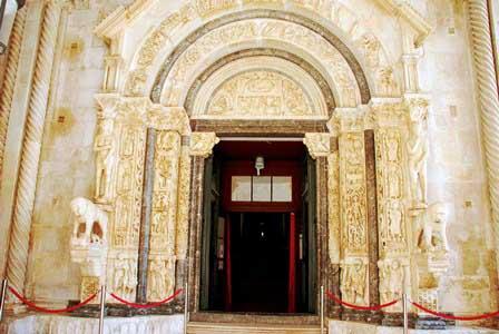 Portal románico de la Catedral de San Lorenzo, obra del maestro Radovan (Trogir)
