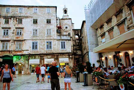 Puerta del Hierro y el reloj del campanario en Split (Croacia)