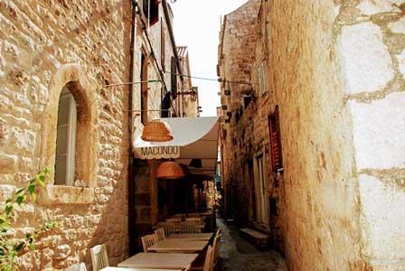 Románticos resturantes en las callejuelas de Hvar (Croacia)