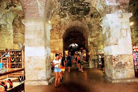 Tienditas en los sótanos del Palacio de Diocleciano en Split (Croacia)