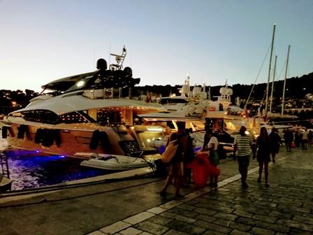 Yates de lujo en el Paseo Marítimo de Hvar (Croacia)